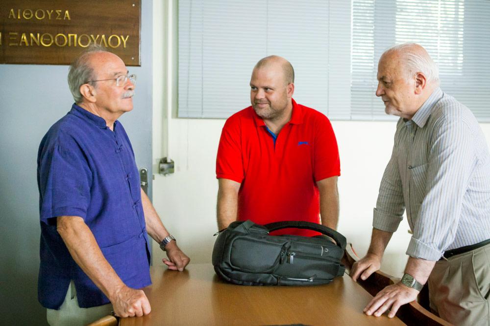 Ο κ. Οικονόμου, παρέα με τον συνάδελφό του Γιάννη Σειραδάκη αναλύουν μοναδικά φαινόμενα στον Στέλιο Μοσχούλα
