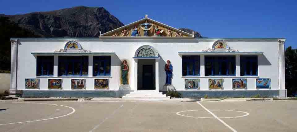 Ένα σχολείο στολίδι στο Διαφάνι Καρπάθου! Ο καλλιτέχνης Γιάννης Β.  Χατζηβασίλης με τα αδέλφια του Αντώνη και Μανώλη, φιλοτέχνησαν με τις ιδέες  και την τέχνη τους το Δημοτικό Σχολείο και το έκαναν